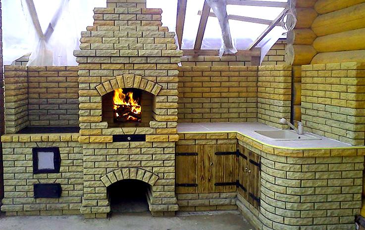 печь мангал с пламенем на уличной веранде