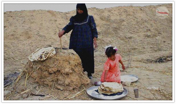 мама с дочкой готовят лепешки